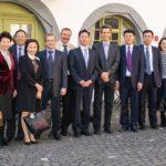 Eine Delegation unter der Leitung des Vizebürgermeisters der chinesischen Stadt Yantai hat heute die Stadt Schaffhausen besucht. Dabei hat sich die Delegation bei Stadtpräsident Peter Neukomm über das Energiestadt Label und weitere Erfahrungen der Stadt im Energiebereich informiert.