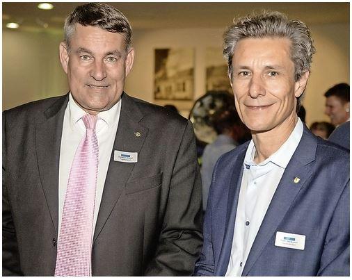 Regierungsrat Christian Amsler und Stadtpräsident Peter Neukomm überbringen der Langlaufwandergruppe SH die Gratulationen von Kanton und Stadt zum 50 Jahre Jubiläum