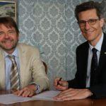 Zusammen mit Stadtschreiber Christian Schneider unterzeichnet Peter Neukomm am 29.06.2017 im Stadtratssaal die Charta des Bundes für Lohngleichheit von Mann und Frau