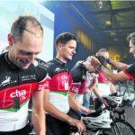 15.08.2015 in der IWC-Arena: Stadtpräsident Peter Neukomm (rechts) ehrt das schnellste Viererteam ChaCha Cycling Team der Tortur 2015, das auch erster Schweizer Meister im Ultracycling ist.